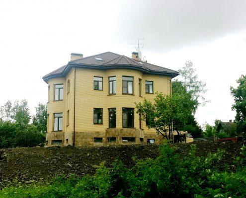 Строительство загородного дома из кирпича в СПб